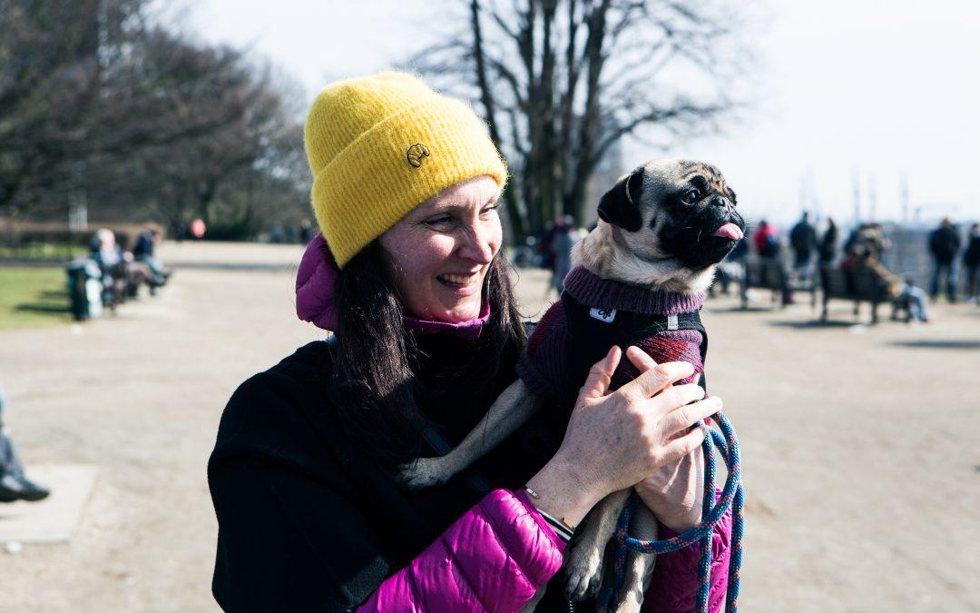 Hund und Herrchen – das gestylte Farbenduo